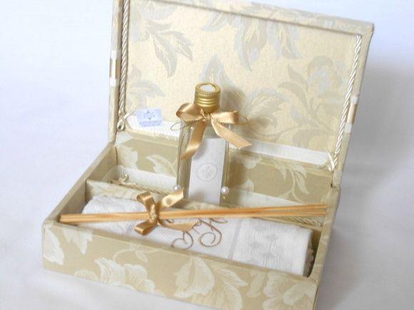 Caixa+Kit+para+presentear+padrinhos+de+casamento.++O+Kit+contém:++01+caixa+forrada+com+dobradiça++01+aromatizador+de+ambiente+(frasco+de+plástico)++01+toalhinha+de+lavabo+bordada. R$ 117,46