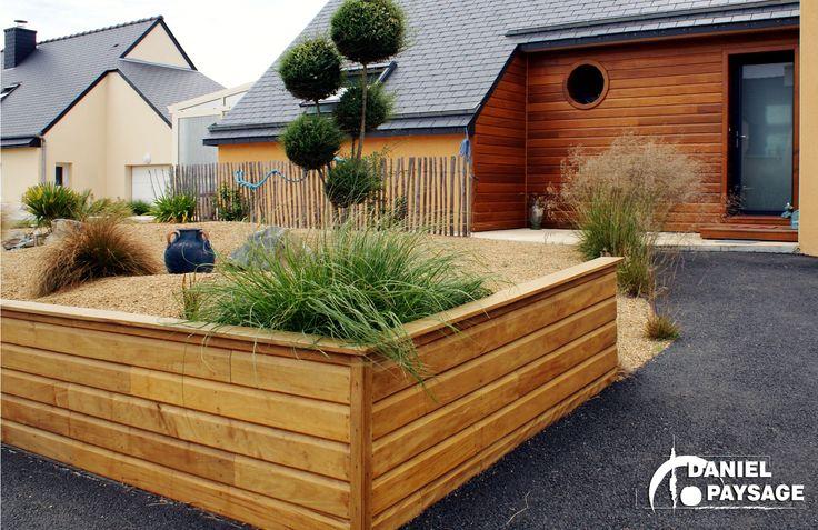 Une entrée chaleureuse qui s'accorde parfaitement à l'habitation, grâce à l'alliance entre bois, revêtement en grou et ganivelle.