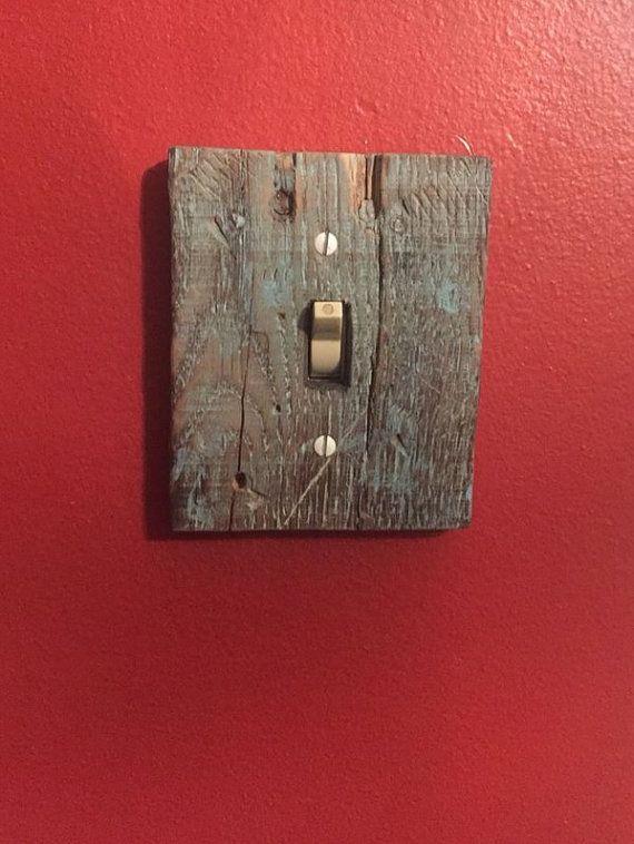 Il s'agit d'un couvercle interrupteur bois fait à la main. Nous pouvons faire de différentes tailles ou les deux côtés de l'interrupteur de lumière si nécessaire - juste nous un message pour nous le faire savoir. Ceux-ci ne peuvent pas tous l'air exactement comme sur la photo en ce qui concerne le grain du bois parce qu'ils sont à venir à partir de bois récupéré. Cependant, ils auront tous l'apparence de bois rustique, récupéré.