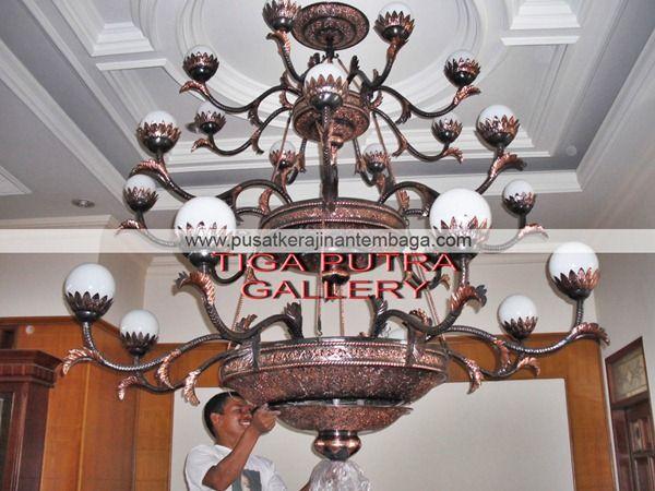 Kerajinan Tembaga Lampu Gantung tembaga tiga Tingkat sangat indah untuk dekorasi rumah tersedia di Pusat kerajinan Tembaga dan kuningan Tiga Putra Gallery