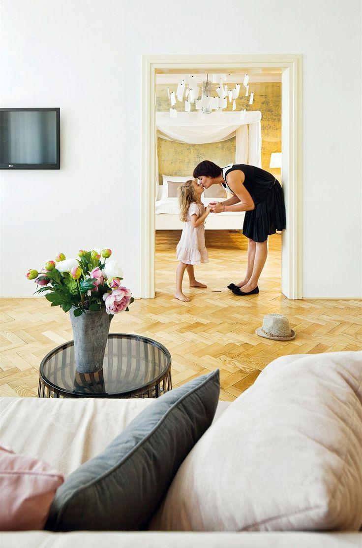 V pokojích jsou kromě parket repasované i původní dveře a okna, kterým majitelé přidali kvalitní izolaci. Plastový stolek Kartell Panier (p...