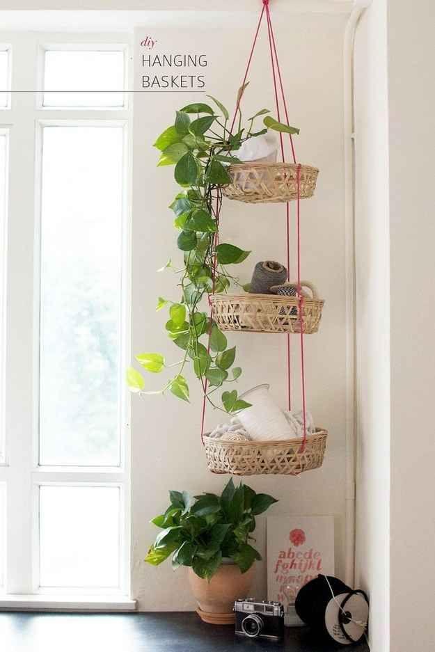 Cestos pendurados verticalmente mantêm sua bagunça longe do chão sem ocupar nenhuma prateleira ou espaço de parede valiosos.