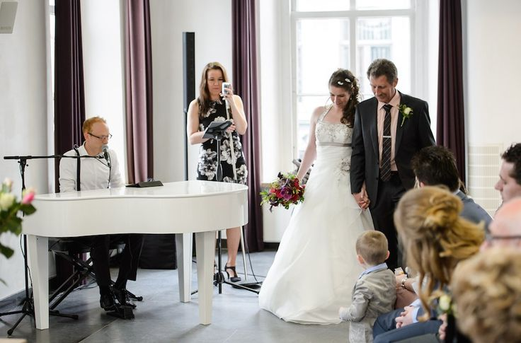 Live #muziek #trouwceremonie #bruiloft #trouwen #wedding- zangeres met pianist (vleugel). Foto door Brian Satoer van Pixed Photography