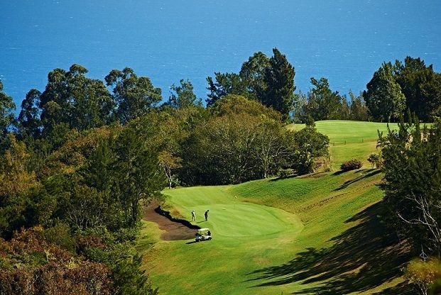 Le #Golf Club du Colorado propose un parcours verdoyant et vallonné de 9 trous, avec un panorama incroyable sur l'océan, l'idéale pour une belle partie !