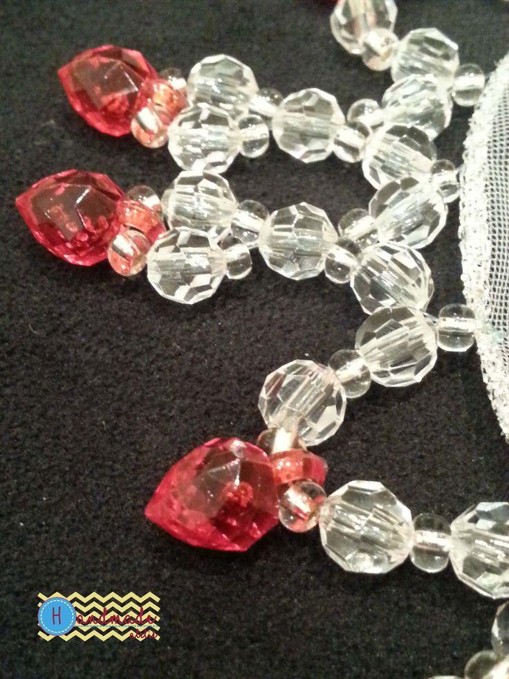 Cobre copo com pedraria. Miçanga de vidro, bolinha translúcida e ponteira de morango na cor vermelha.
