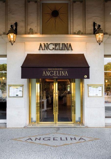 le salon de thé Angelina Paris où l'on doit presque toujours faire la queue pour aller boire leur mythique chocolat chaud l'Africain.