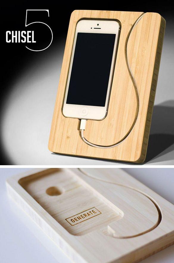 Super mooi design iPhone houder met ruimte voor je lader #Design #iPhone #Product #Wood