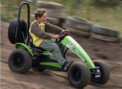un kart p dale avec pneus tout terrain et double commande pour de vives motions jeux de. Black Bedroom Furniture Sets. Home Design Ideas