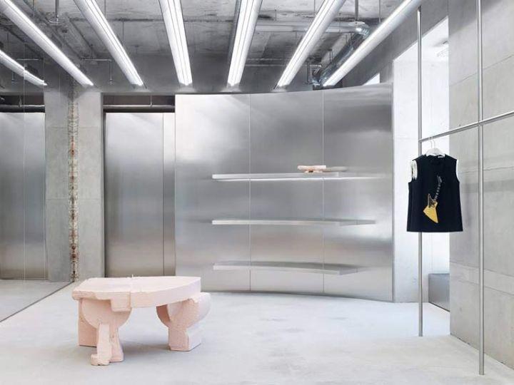 Retailtrend stilte: isolatie van producten en metalen wanden zorgen voor weinig prikkels in Acne Studio. #Retail #trend #stilte