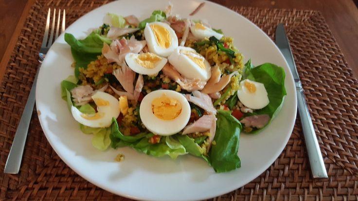 Forelsalade. Sla. Kerrierijst met gewokte spinazie en rode paprika.  Het geheel met rijst even op bakken. Peper en zout, forel en hard gekookte eieren toevoegen op een bedje van sla. Variatie op recept ine Hermans.