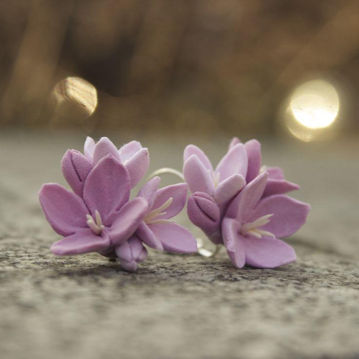 """Růžové+kvítky+Originální,+ručně+vyrobené+květy+jsou+nalepeny+kvalitním+CA-lepidlem+na+náušnicových+háčcích+stříbrné+barvy.+Průměr+květenství+v+nejširším+místě+je+2,5cm.+Z+velikosti+však+díky+lehkosti+hmoty+nemusíte+mít+strach.+Květiny+jsou+vyrobené+z+velmi+lehké+polymerové+hmoty+Claycraft+by+Deco+se+sametovým+""""chlupatým""""+povrchem.+Chraňte+před+stykem+s+..."""