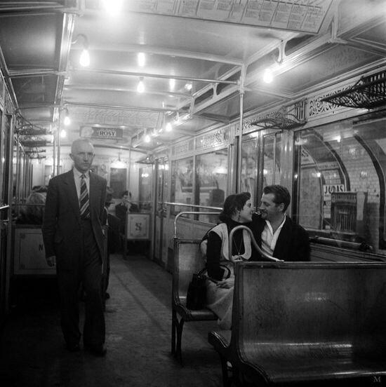 Les amoureux du métro parisien en 1955  Par Kees Scherer...reépinglé par Maurie Daboux ❥•*`*•❥