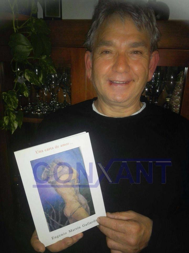 """Juan Medina amb el llibre """"Una carta de amor"""" de Eugenio Martín, guanyador del sorteig de RTV10 Sant Esteve Sesrovires amb la col.laboració de l´espai """"La Vitrina"""""""