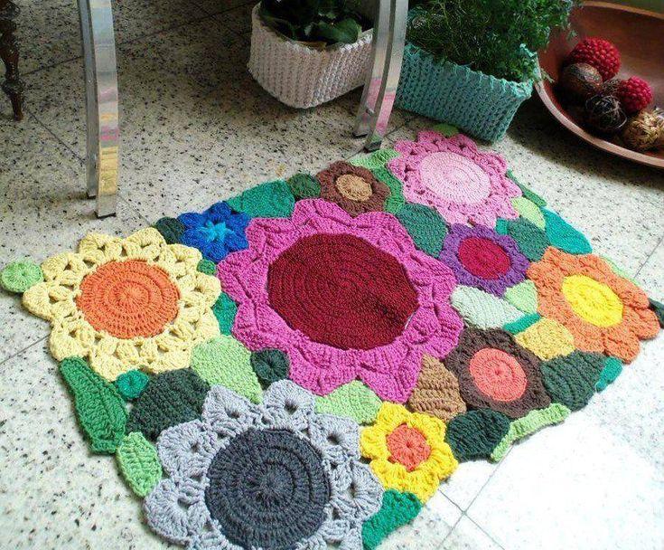 Renkli iplerden yapılmış örgü paspas