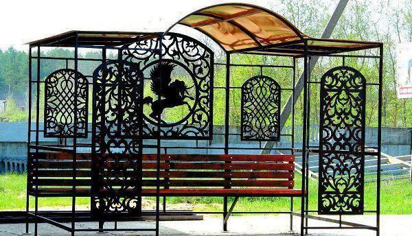 Красивый, долговечный фасад и кованые произведения искусства: как выгодно благоустроить свой двор?