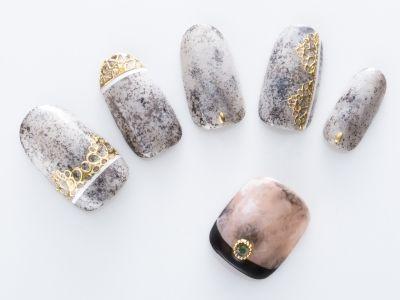高級感のある大理石のようなデザインは、ぽんぽんとスポンジを叩いて作るテクニック。