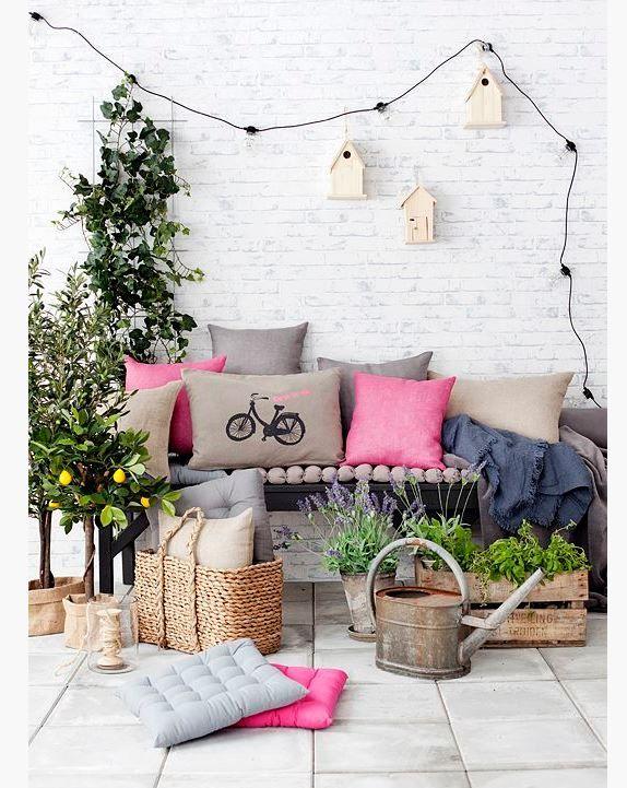 Bir kanepe, birkaç yastık ve minder ile güzel bir balkon dekorasyonu yapabilirsiniz. Resimde gördüğünüz gibi bir dekorasyon örneğini uygulayabilirsiniz. Ekstradan alacağınız süs bitkiler
