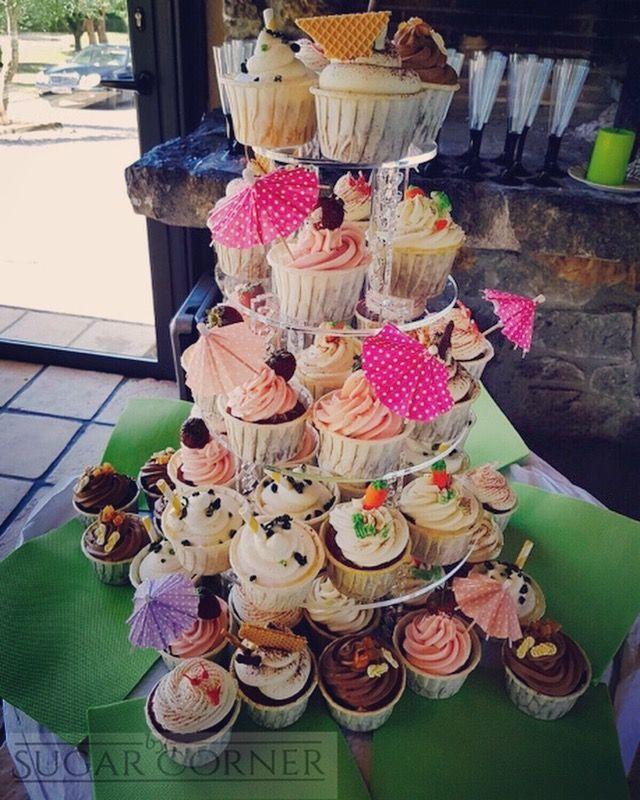 Hace unas semanas nos pidieron una torre de cupcakes veraniegos para una boda especial en la piscina, mojito, champán y fresas, tiramisu, chocolate y naranja, zanahoria, red velvet... nuestros mejores sabores con pinceladas veraniegas! Ha sido un proyecto divertido, gracias M+MT y gracias al #restaurantA2 por haberlo hecho posible #besweet #weddingcake #weddingcupcakes #beachinspiration #sugarcorner