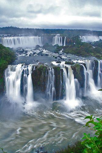 """""""Não sei o verdadeiro rosto de Iguazu, só porque na água."""" A área das Cataratas do Iguaçu é um conjunto de cerca de 275 quedas de água no Rio Iguaçu ,localizada entre o Parque Nacional do Iguaçu, Paraná, no Brasil 20%, e o Parque Nacional Iguazú em Misiones, na Argentina 80%, fronteira entre os dois países. A área total de ambos os parques nacionais, correspondem a 250 mil hectares de floresta subtropical e é considerada Patrimônio Natural da Humanidade. Os parques tanto brasileiro como…"""