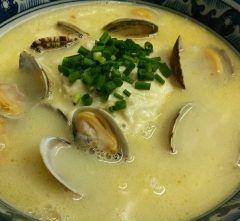 寒い季節にピッタリなじっくりコトコト煮込んだ系スープのほんわかラーメンぽてと DE クラムチャウダー麺です(ω)   オリーブオイルとバターで丁寧に炒めた玉葱の微塵切りにクリーミーな鶏白湯を注ぎたっぷりのアサリとローリエの葉を少々加えコトコト煮込んだスープです これ旨いに決まってますよね  そこに麺と殻付アサリを浮かばせてマッシュポテトをドーンッ 万能葱を散らしたら完成なのです  簡単なのに旨いって正義だと思いませんか  マッシュポテトを少しづつ崩して溶かしながら麺を啜ってみてね ほら幸せな味がするでしょ ()  #大崎 #ランチ #品川区 #ラーメン #らーめん #ラーメン女子 #ramen #中華 #香港食卓 #麺の鉄人  販売開始は月曜からの平日ランチタイムのみの提供になりますのでご注意下さい  皆様のお越しお待ちしておりまーす() tags[東京都]