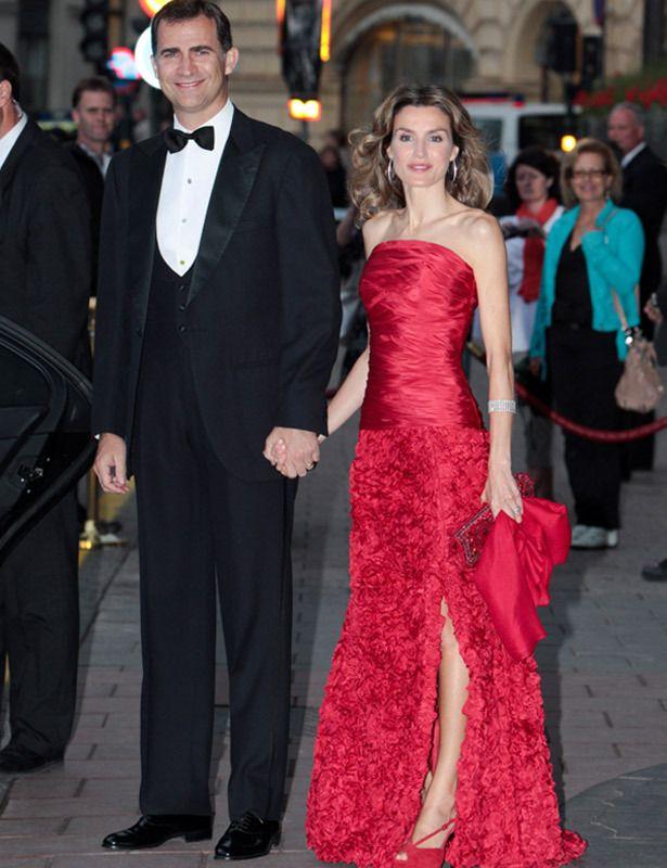 De gala Es un de los vestidos con los que más ha impactado. Este espectacular vestido rojo palabra de honor de Felipe Varela con abertura lateral dejaba ver unas sandalias a juego
