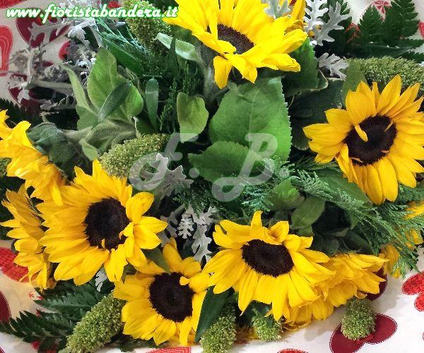 Bouquet di girasoli e verdi di complemento