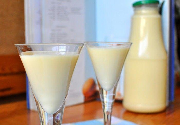 Bez umělých barviv a jiných konzervantů - domácí vaječný likér. Na večerní popíjení, do kávičky nebo do zákusků.