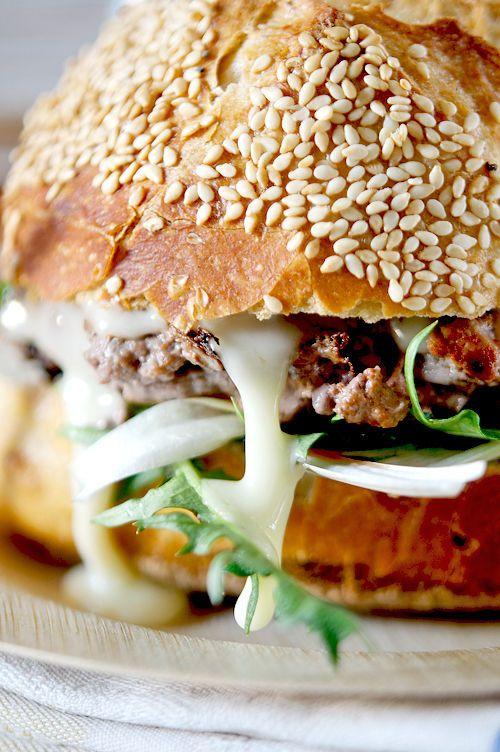 Coupez les pains en deux et badigeonnez avec un peu de sauce tomate. Déposez quelques pousses de pissenlits et des rondelles de cornichon. Faites cuire votre steak puis déposez-le sur le pain. Faites fondre l'équivalent d'une grosse cuillère de Mont d'or par hamburger et nappez la viande de fromage. Déposez à nouveau quelques pousses de pissenlits puis le pain… et voilà pas plus de temps que de prendre sa voiture pour aller jusqu'au fastfood… et quand c'est maison… c'est bon !