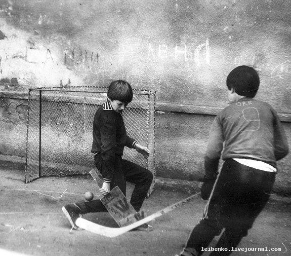 Снимок в промежутке между 1975-1977, точнее сказать не могу. Снято фотоаппаратом Смена-8. Это время легендарных хоккейных суперсерий 70-х и побед нашей сборной по хоккею на олимпиадах и чемпионатах мира. На фотографии оба игрока как бы из канадской команды, у одного самодельная клюшка с надписью Canada, а у другого майка с фамилией известного канадского хоккеиста Бобби Орр.