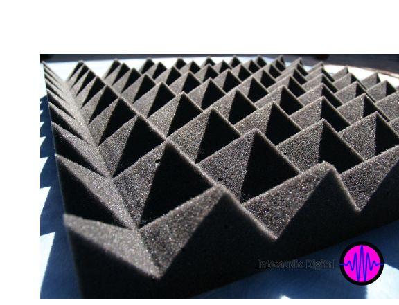 Espuma acústica piramidal Espuma de poliuretano de superficie suave y porosa, ideal para el control de eco y reverberación. Medidas: 60x60 cm y 7cm de espesor y cubre .36 m2, 3 pzs para cubrir un m/2 •Peso aprox. 300 gms. •Código 24 alta calidad.  >Usos y aplicaciones •El modelo piramidal es muy flexible para todo uso acústico. •Cabinas de voz, salas de grabación, salas de videoconferencias, Radio y TV. •Estudios de grabación, home estudio y cualquier recinto con problemas acústicos.