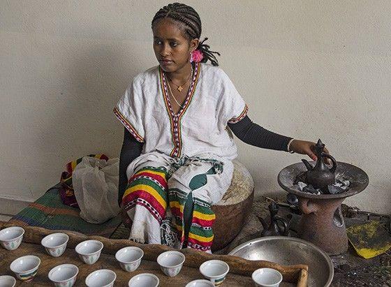 Uma jovem etíope, trajando roupas típicas, prepara as xícaras para a Cerimônia do Café  (Foto: © Haroldo Castro/Época)