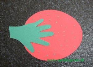 Jordbær fra min blog: http://agnesingersen.dk/blog/jordbaer   Lavet af håndaftryk.  handprint strawberry