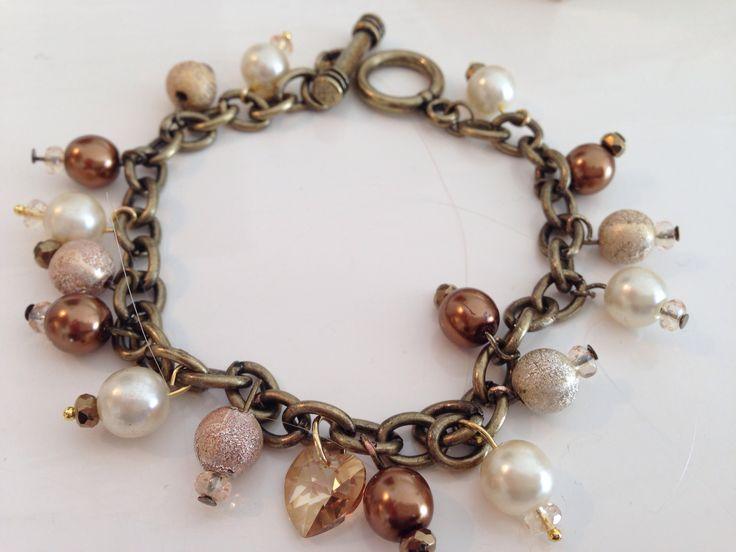 Armband i brunt med berlocker av Katarina