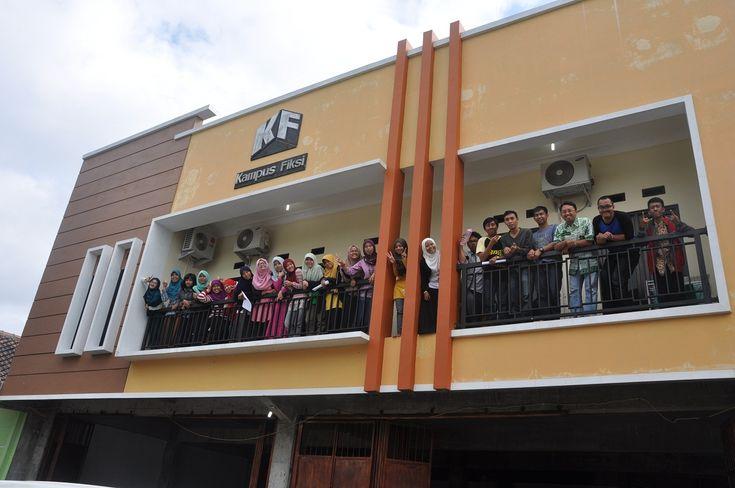 Peserta Kampus Fiksi di balkon asrama