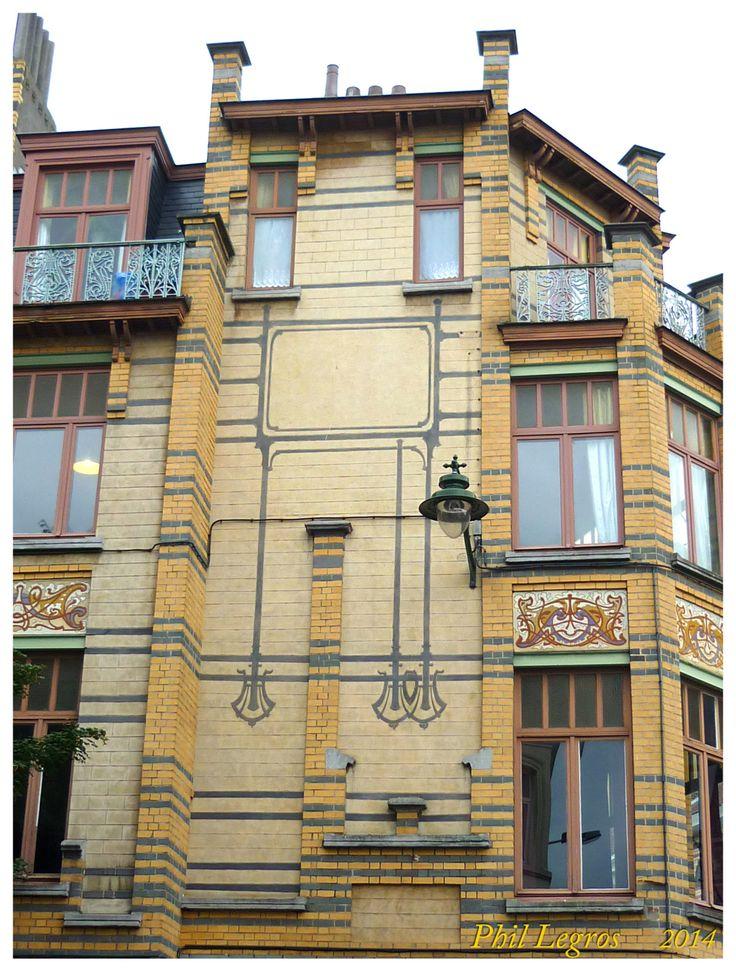 """Gustave StrauvenImmeuble commercial et de rapport de style Art Nouveau, 1905 rue Peter Benoit, 2-4 chaussée de Wavre, 517-519 1040 Etterbeek 50°49'58.9""""N 4°23'09.3""""E"""