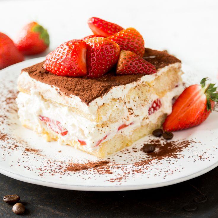 Löffelbiskuits werden in Orangensaft getaucht, Mascarpone mit Joghurt verrührt und Erdbeeren dazwischen geschichtet. Hallo Sommer, hallo Tiramisu!