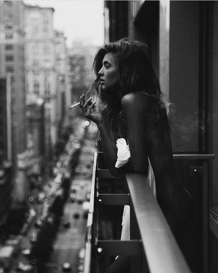 Afterlude #Fotografie #Schwarzweiß #Balkon #Stadt #Mädchen