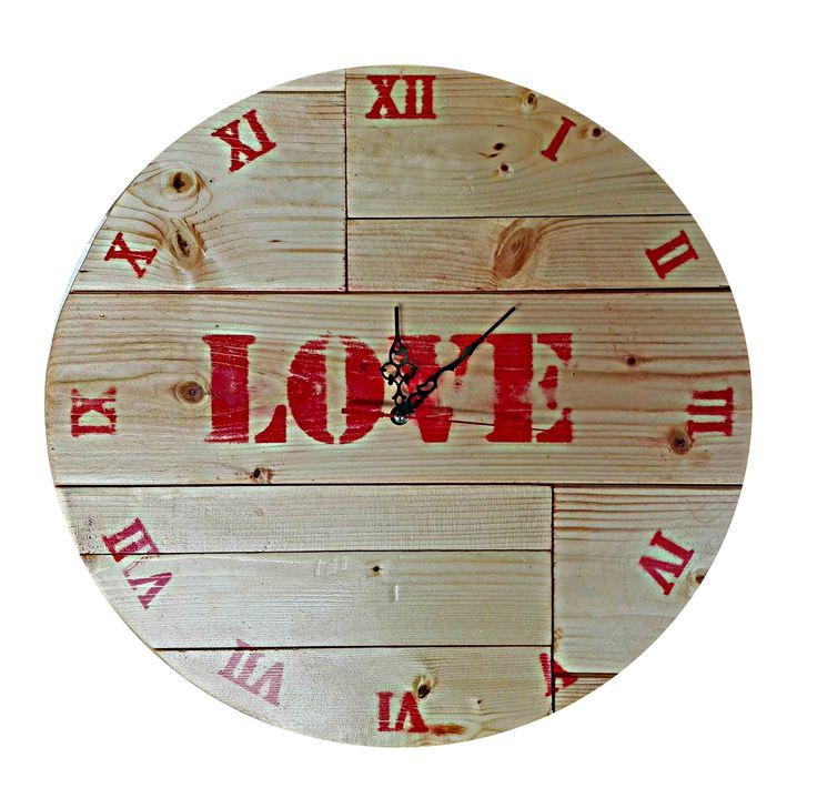 Luxusní selské hodiny z velmi podařeným designem a nápisem LOVE. Masivní přírodní materiál rozzáří Váš domov a dodá mu tu správnou atmosféru. Hodiny jsou ručně vyráběné a už při pohledu na ně vidíte surovost zpracování. (nejedná se o strojovou výrobu) Selské hodiny jsou zejména vhodné na Vaše chaty a Chalupy, kde chcete cítit tu pravou odpočinkovou atmosféru. Moderní pojetí selského stylu je velmi populární a hodí se i do luxusně a novodobě zařízených domácností.