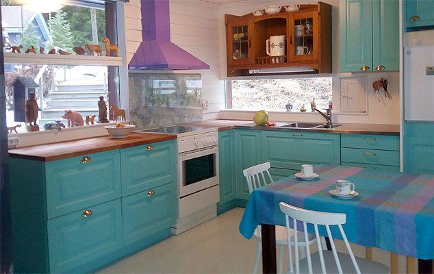 Rohkeilla värivalinnoilla saa täyspuisesta JUVI-keittiöstä juuri sinun kotiin sopivan.