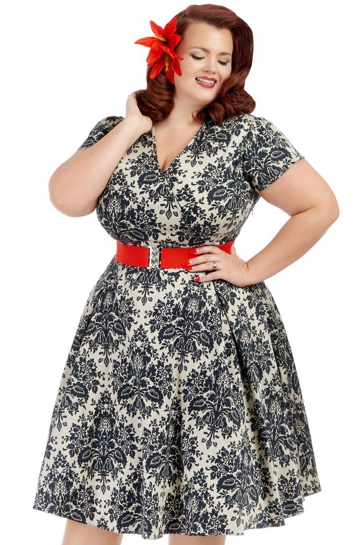 Retro šaty Lady V London Estella Damask Retro šaty ve stylu 50. let pro plnoštíhlé dámy. Jedinečné šaty, které z Vás udělají dokonalou ženu, vhodné na společenské události jako jsou svatby, oslavy, zahradní párty, večírky. Krásné provedení látky připomínající damaškový figurální vzor, černé ornamenty na světlejším béžovém podkladu s decentním leskem. Výstřih do V, krátký rukáv, rozšířená sukně s pravidelnými sklady, pas projmutý, zapínání na krytý zip v bočním švu. Součástí červený pružný…