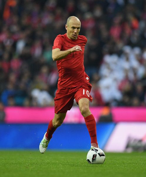 Arjen Robben of Muenchen controls the ball during the Bundesliga match between Bayern Muenchen and TSG 1899 Hoffenheim at Allianz Arena on November 5, 2016 in Munich, Germany.