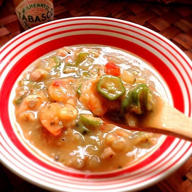 ガンボは、アメリカ・ルイジアナ州の郷土料理定番のスープ 「聖なる三位一体」と呼ばれる野菜(セロリ、ピーマン、タマネギ)を今宵はいっぱい使ったDinner  言葉の語源は、アンゴラで話されているバントゥー語の方言でオクラを意味する「kingombo」がなまったものと言われていて、ガンボは、使われるとろみ成分によって分類される。オクラを使ったもの、フィレ・パウダーを使ったもの、およびこれらを使わずルー単体でとろみを付けたものの3タイプがあるそうです - 100件のもぐもぐ - Gumbo from The Princess and The Flog sceneガンボスープ by Ami