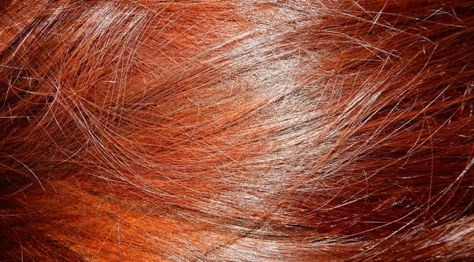 Als je eenmaal in de magische wereld van henna stapt, zal je ontdekken dat internet vol staat met tips over hoe je je haar met henna zo rood mogelijk kunt maken. Maar wat ik met vallen en opstaan zelf heb moeten uitvogelen is hoe je het haar verven met henna eigenlijk slim aanpakt. Welke spullen heb je nodig, wat moet je wanneer klaarleggen en hoe overleef je een paar handen vol rood-groene blubber op je hoofd zonder dat je badkamer onder de rode spikkels komt te zitten? Inmiddels heb ik…