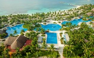 Surrounded by gardens and facing an idyllic beach on the Mayan Riviera, we find Barceló Maya Caribe***** Hotel. The hotel of your dreams, to enjoy a vacation in the Caribbean.