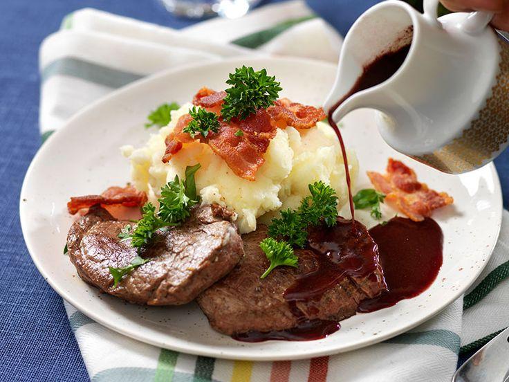 Skomakarlåda med knaperstekt bacon och rödvinssky är en riktig festrätt som man gör på oxfilé. Servera med fluffigt potatismos.