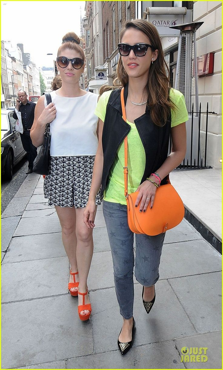 Jessica Alba in green neon shirt & neon orange J Crew bag #style #fashion #JessicaAlba