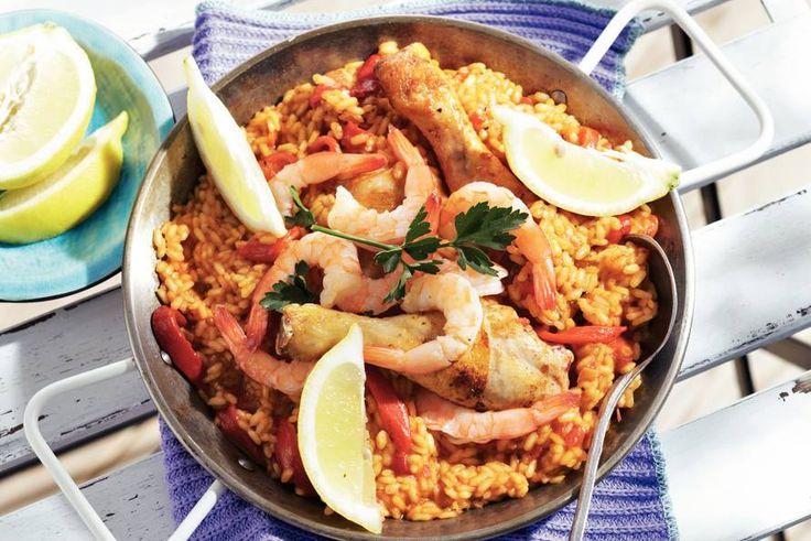 Zet die grote pan met lekkers maar zó op tafel: kip, garnalen rijst en geurige kruiden - Paella - Recept - Allerhande