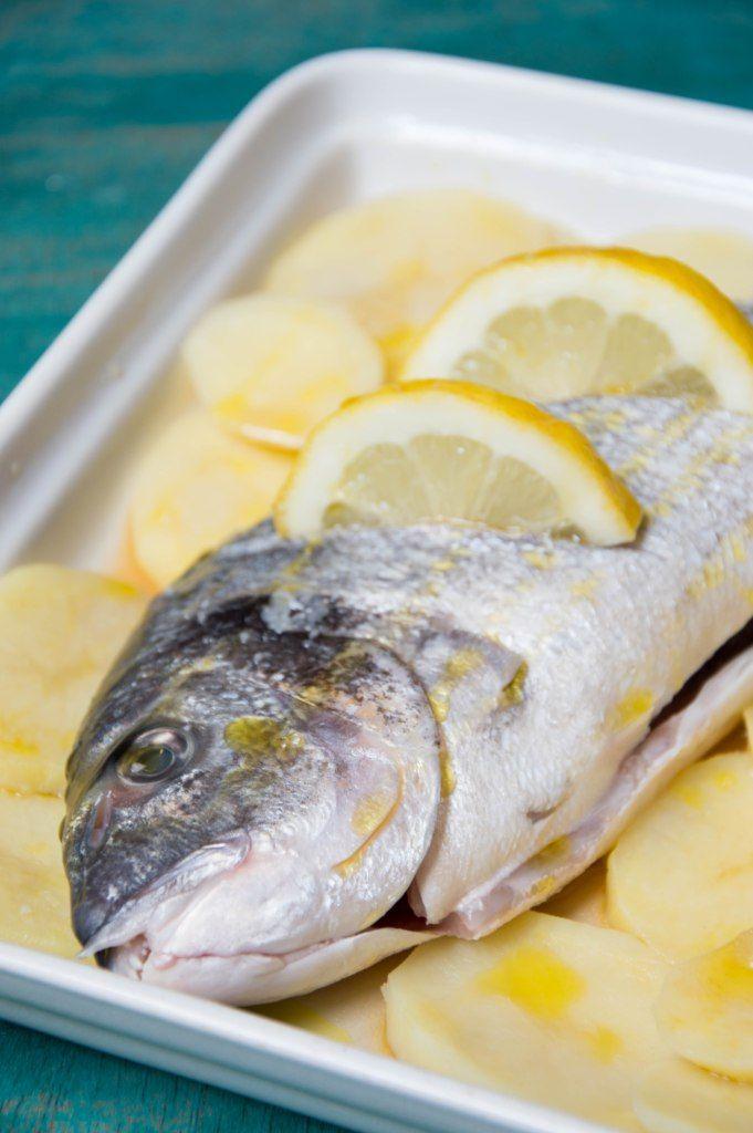 Hacer dorada al horno es muy sencillo y queda deliciosa. El hacer el pescado al horno nos encanta porque además no se mancha nada.
