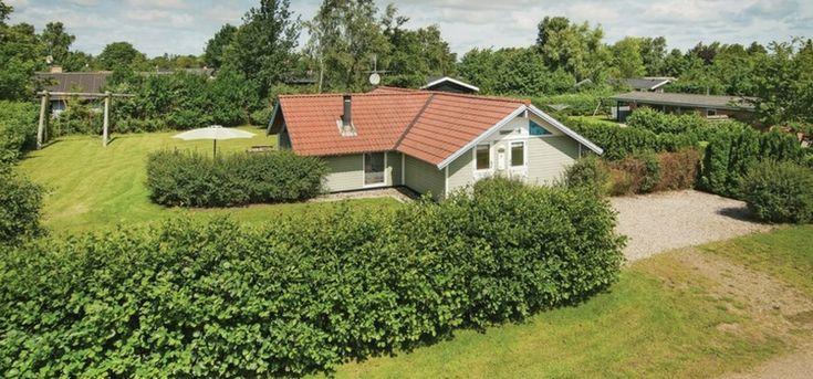 Houten vakantiehuis voor 6 personen met grote groene tuin op loopafstand van het strand op schiereiland Als. Sauna, whirlpool, bolderkar, schommel, zandbak.
