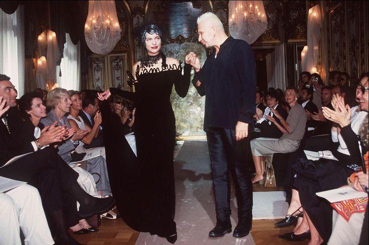 Mais ne quitte pas les podiums pour autant. En 2000, elle défile pour Jean Paul Gaultier. (Paris, 31 juillet 2000.)